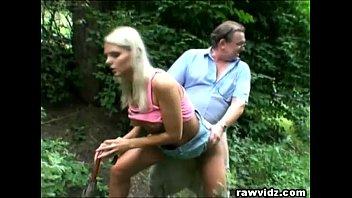 Женщина в нижнем одежду отдалась рачком трахарю