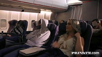 Супружеская пара чпокается с блудливой горничной на кровати