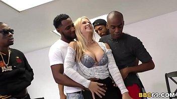 Секс молодой блонды с нигером на природе около березы