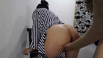 Разрисованная самка раздвигает ножки