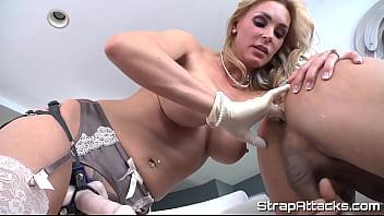 Нервная блонда устроила с очкариком секс в дырку