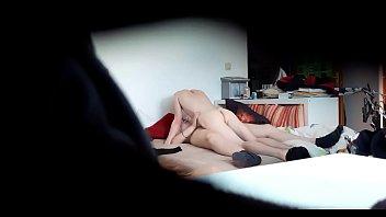 Девушка с миниатюрными волосками порется с мужчиной и доводит его до струйного оргазма минетом