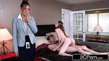 Развратник трахает пышногрудую домохозяйку в лохматку и скидывает трах на камеру