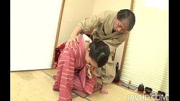 Азиатка развращает партнера откровенным образом и дает в задница