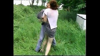 Негр завел подругу поцелуем и организовал жахач на полу