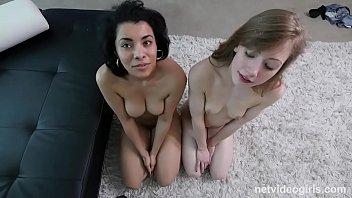 Раскрепощенные белокурой шлюхи лесбиянки онанируют друг спутника на диване
