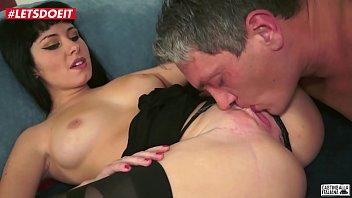 Рыжая пышка разбудила мужчины для того чтоб развлечься с ним порно