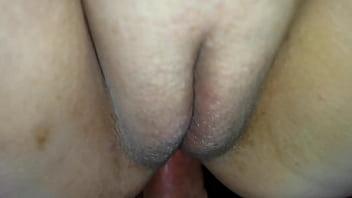 Вульгарная сука с твердый титькой демонстрирует тело
