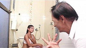 Имеет русскую студентку проститутку в ванной