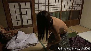 Маленькая японка ублажает своего бой-френда