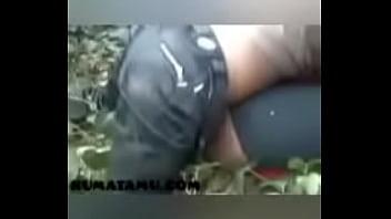 Парнишка поманил к себе красотку и раздвинул ее на отсос члена перед камерой