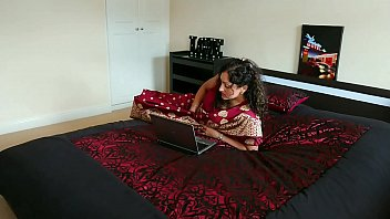Фетишист ловит оргазм от мастурбации члена китаянкой в коричневых чулках на кроватки