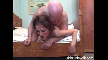 Обворожительная телка с упругой жопой занимается порно с подружкой при помощи крупного фаллоимитатор