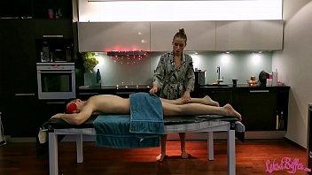 Ухажер пердолит руками и секс забавками блондинку-шлюху на ярком кровати