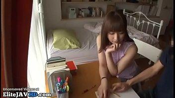 Молодчику нравится больно чпокать брюнетку, по этому что у нее весьма маленькая писечка